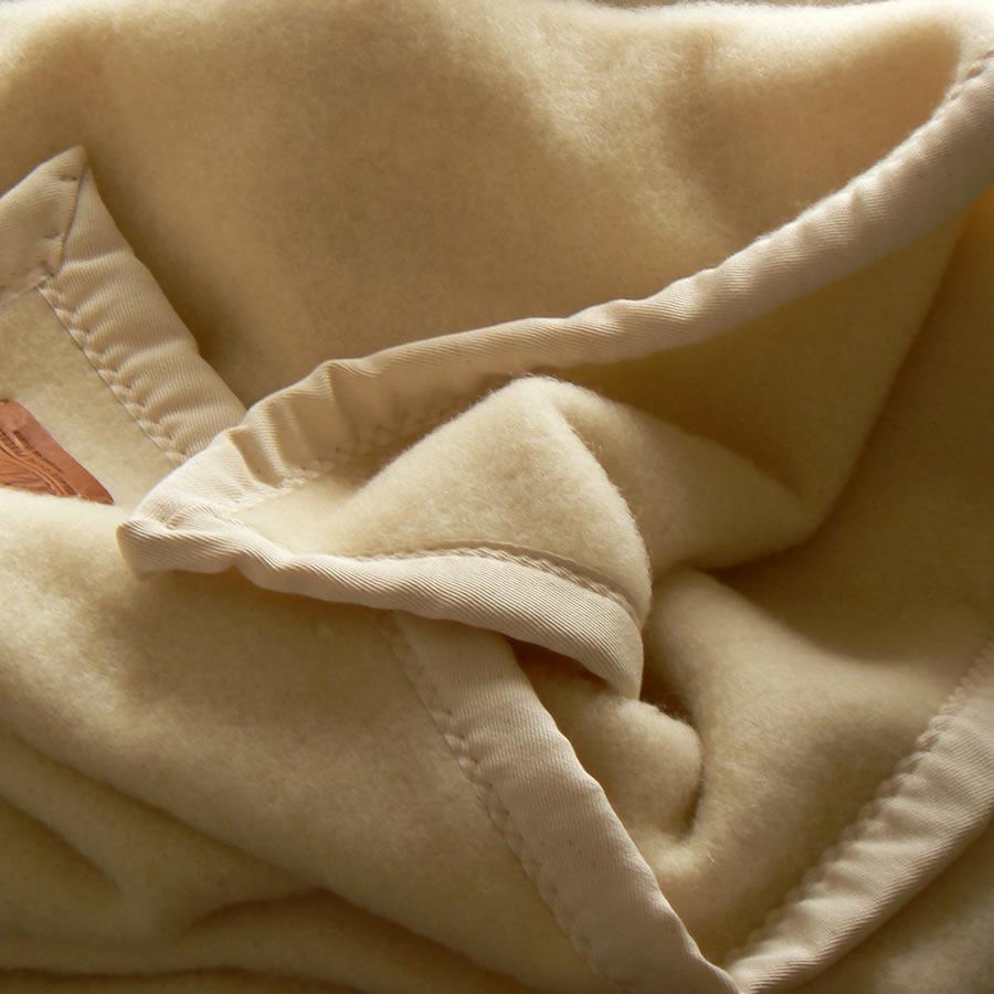 Plaid laine ivoire en haute laine pyr�n�enne finition galon �cru